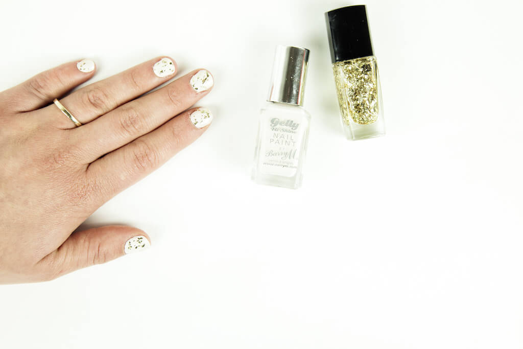 White & Gold Christmas Nails |