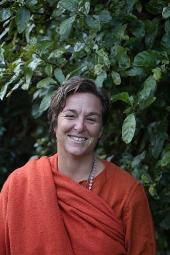 SwamiKarma Karuna - Er en engasjert og intuitiv yoga - og meditasjonslærer, inspirasjonstaler, forfatter og IAYT sertifisert Yoga Terapeut med mer enn 25 års erfaring. Hun er trent i Bihar Yoga (Satyananda Yoga) sitt tradisjonelle system og besøker India hvert år for å være med sine åndelige veiledere.Swami Karma Karuna er en av grunnleggerene av Anahata Yoga Retreat, New Zealand https://www.anahata-retreat.org.nz/. Hun reiser også rundt for å lede workshops, yogalærer utdannelser, internasjonale yoga konferanser, leder retretter og har en til en yoga- og livsstilssesjoner.