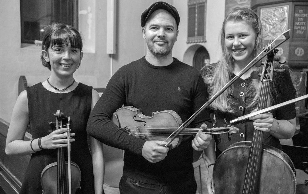 NOR59: Alba Vivaldi Huuse (t.v.) og Anna Hjort er to av musikerne som fikk være med på Knerten-innspilling. Her med dirigent Magnus Reymert. Foto:Unn Christel Berg Aune