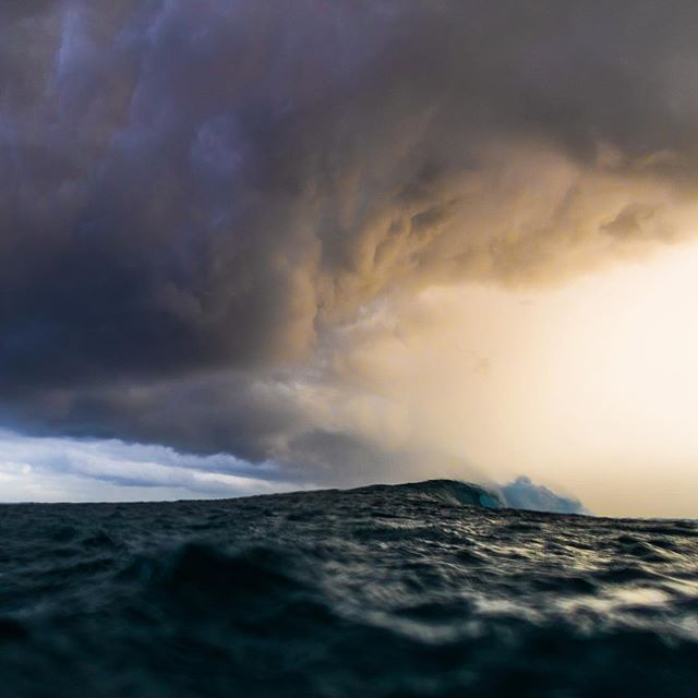 Crawling right handers under incoming night. A moody end to a 2,5 hour swim. #surf #ocean #canon1dxmarkii #sunset #surfing #storm #instagram insta #outdoor #waterphotography #photography #photooftheday