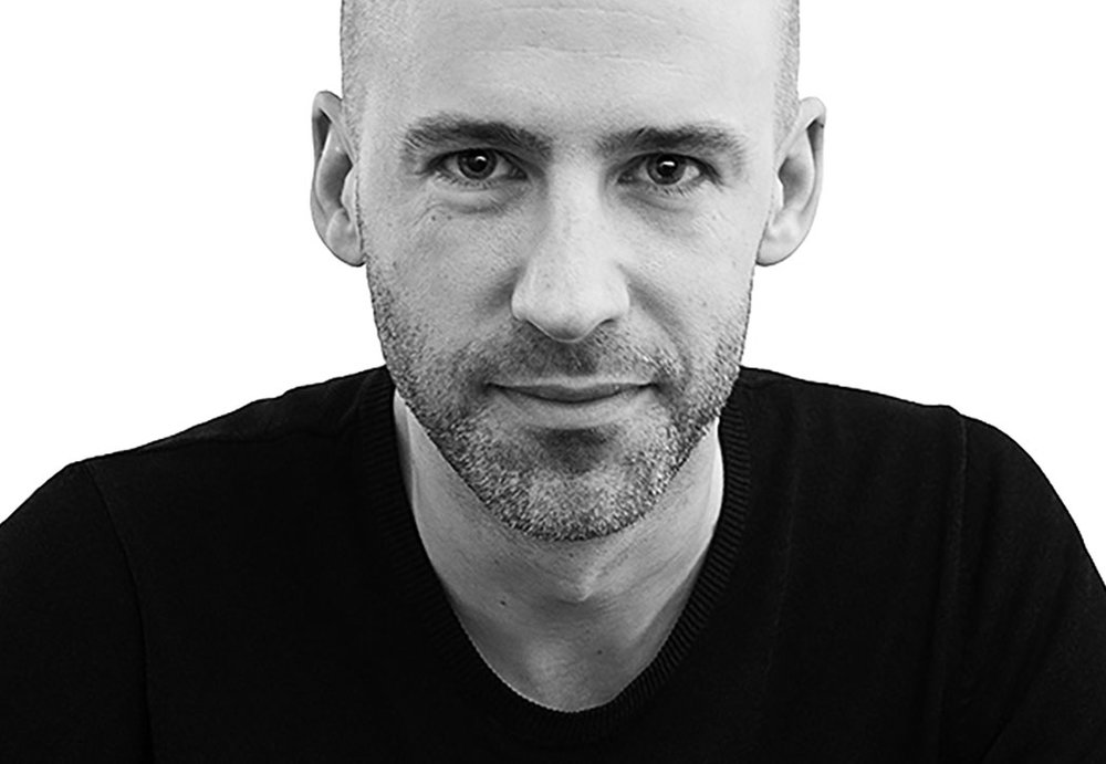 Mattias Stenberg - Mattias Stenberg Arkitektur + Design är baserad i Stockholm arbetar med såväl arkitektur som design av möbler, belysning, produkter och miljöer.Tydliga koncept, reducerad form och en ärlighet i användandet av materialen är hans vision vare sig det är husbyggnad eller produkter.Mattias Stenberg är ursprungligen utbildad som ingenjör och forskare i USA och vid Tekniska högskolan i Stockholm där han senare också läst till arkitekt.Bland hans uppdragsgivare kan nämnas varumärken som Zero, Offecct, Asplund, Design House Stockholm, Nola, Klong och Kosta Boda.ProdukterCoil pendelCoil väggConnect pendel