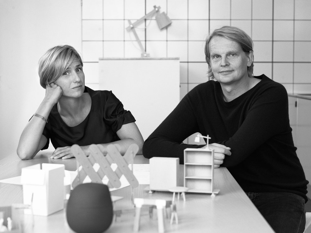 TAF - TAF är en Stockholm-baserad design- och arkitekturstudio grundad av Gabriella Gustafson och Mattias Ståhlbom. Sedan studion grundades 2002 har det uppnått internationellt erkännande med en portfölj av arbete som spänner över utställningar, inrednings design och ett antal kommersiellt framgångsrika produkter för olika prestigefyllda tillverkare. Studion har ställt ut på MoMa och dess design ingår nu i Nationalmuseums permanenta samlingar i Stockholm och Danmarks Designmuseum i Köpenhamn.TAFs studio på Södermalm ligger i ett ombyggt bageri som brukade tjäna grannskapet. Det här är en bra punkt, eftersom TAF syftar till att uppfylla en liknande funktion som bageriet en gång i tiden gjorde. Genom sin design - där designen inte ses som överflödig men integrerad i samhället på alla nivåer, precis som det dagliga brödet.Grogrunden för varje dag är att TAF skapar produkter av extraordinär kvalité. Genom en process med noggrann utredning av material och konstruktionsteknik och en hälsosam diskussion är den färdiga produkten ofta både humoristisk och tanke väckande. Pendlade armaturer inspirerade av gummiband och sodavatten; Bord av överdimensionerade glasspinnar; En doktorsoperation inspirerad av plåster; Eller en skulpturell trappa byggd av billiga nedskärningar av köksbänkar.Processen att hitta lättillgängliga material och använda dem på nya och innovativa sätt visar TAF: s uppmärksamhet och ursprung. Referenserna är aldrig helt uppenbara, men när du väl vet att plundring av massproducerade förbrukningsartiklar är en del av TAFs process är det omöjligt att titta olika produkter utan att tänka: