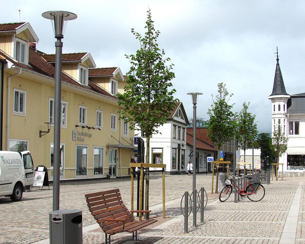 Berzeli - Armatur: Berzeli.Projekt: Kungsbacka Torg.Berzeli stolparmatur i speciallackerat utförande.Väggarmaturen är också specialtillverkad.