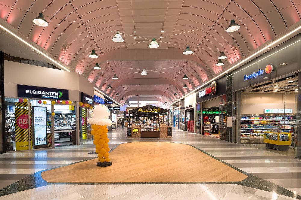 Daikanyama - Armatur: Daikanyama med vajerfäste.Ljusdesign & El-konsult: WSP Sverige ABProjekt: Väla köpcentrum, Helsingborg.Arkitekt: Ågrenkonsult AB
