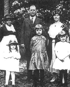 George Fort Milton, Sr. with wife Abby, their three daughters, and Joanie (last name unknown). (The Tennessee Encyclopedia of History and Culture)