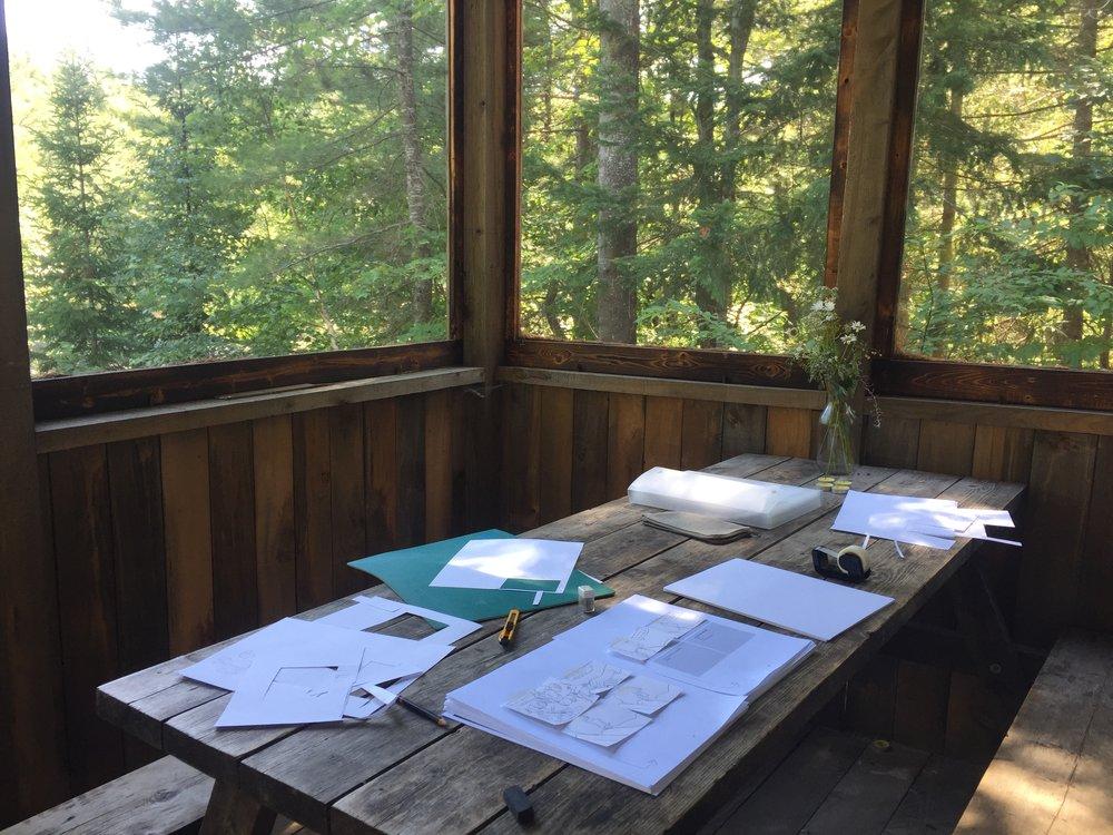 Une longue et paisible séance de sketch pendant un séjour dans un chalet.