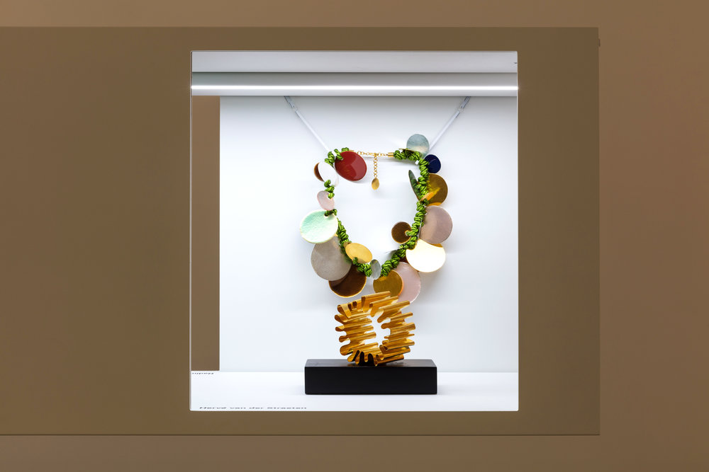 Installation view of jewellery pieces made in 2017 by Hervé van der Staeten. Image courtesy of Pia Torelli.