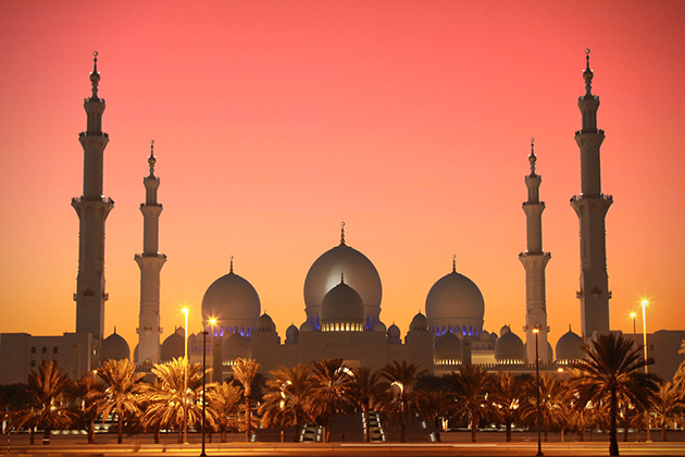 Sheikh Zayed Grand Mosque at twilight.