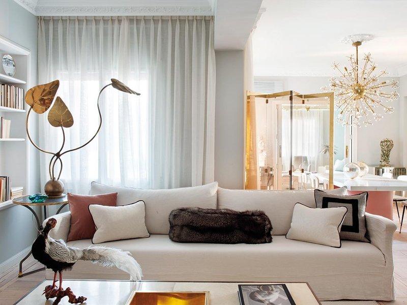 Living-Pink-Madrid-apt-vintage-femme-elegance-glam-living-room-sofa-60s-brass-decoration-folding-screen.jpg