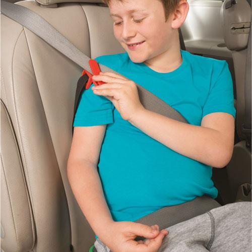 4. mifold ramensko sponko zapnite na varnostni pas pri ramenih otroka.