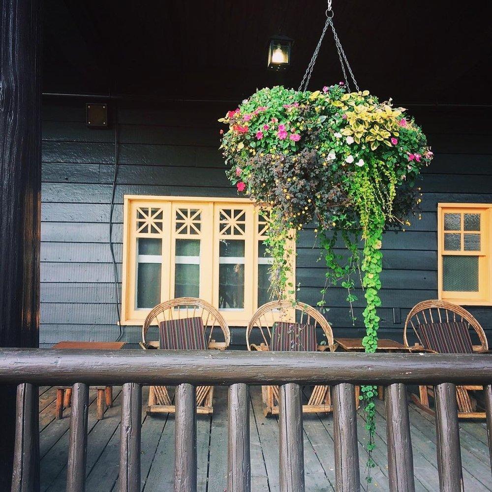 Glacier Park Lodge image via  parkcabinco
