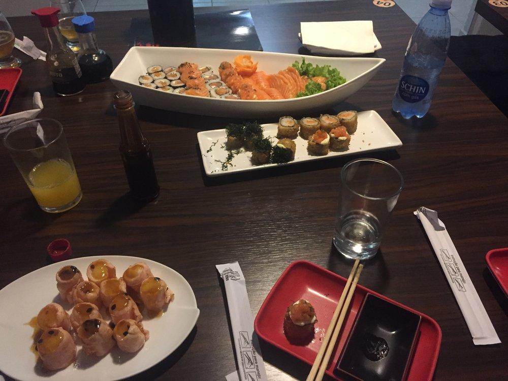 Bottom left: sushi with maracujá (passionfruit)