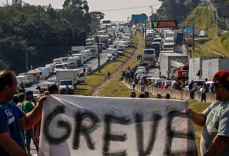 Greve - strike   http://www.descalvadosp.com.br/2018/05/25/greve-dos-caminheiros-suposta-pauta-e-divulgada-nas-redes-sociais-com-reivindicacoes/