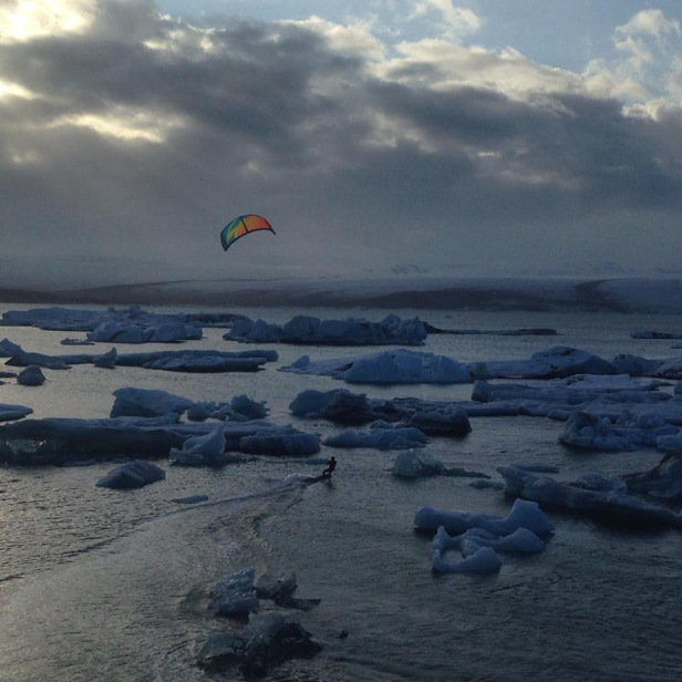 北邊的冰河湖有人在玩Kite surfing – Photo credit Arctic Surfers