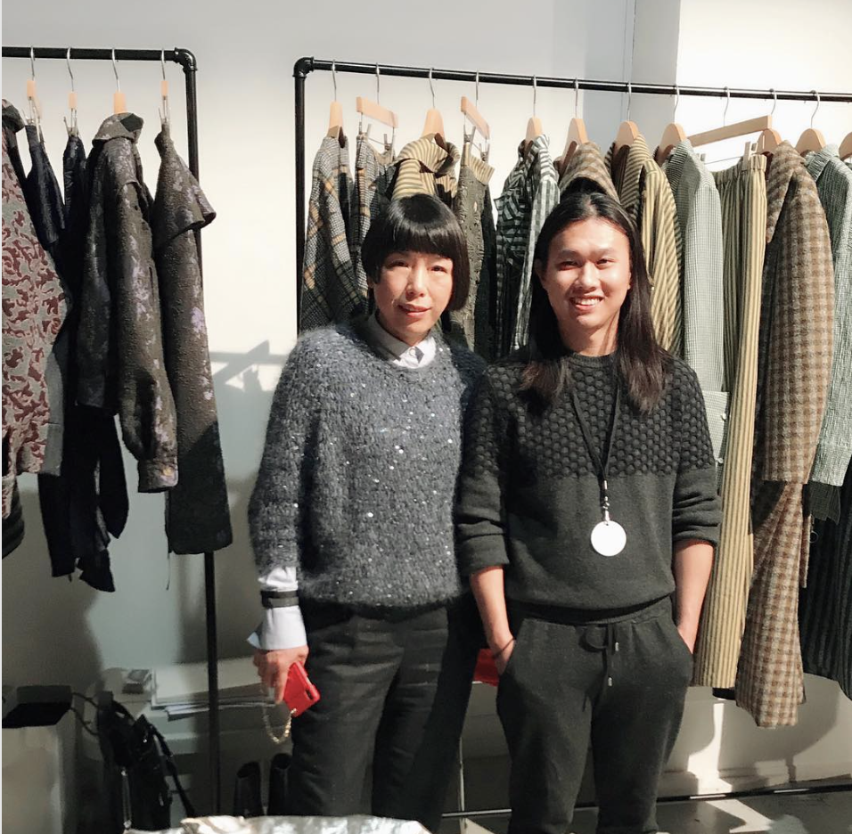 Sun Dawei en backstage d'un défilé de sa marque Dawei avec la rédactrice en chef du Vogue chinois, Angelica Cheung