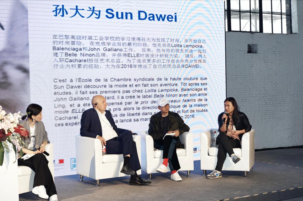 Sun Dawei participe à la table ronde «La Paris Fashion Week : un creuset créatif multiculturel »avec Pascal Morand (président exécutif de la Fédération de la Haute Couture et de la Mode) et Mao Jihong (créateur de la marque Exception by Mixmind, fondateur des librairies Fangsuo et de la Mao Jihong Arts Foundation) aux Rencontres franco-chinoises de la mode en mars 2018