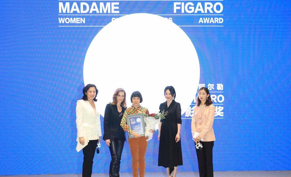 Pixy Liao recevant le prix Jimei x Arles - Madame Figaro Women Photographers Award