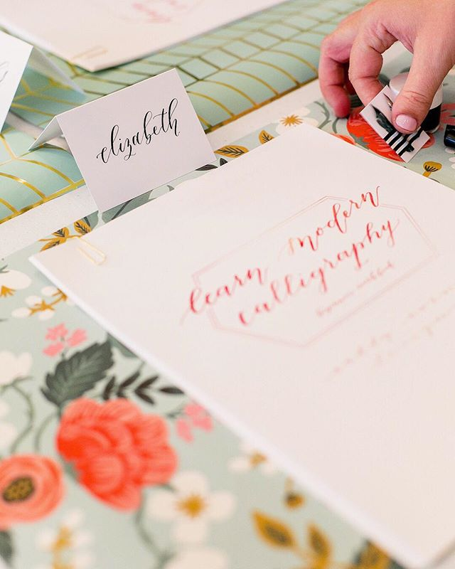 Join me for my last calligraphy workshop before I go on maternity leave this Saturday at @swooziesdallas!! We will go over the basics of modern calligraphy, including lower and uppercase letters, complete a project together, and you'll get a take-home supply kit to keep the fun going long after class! Also because Swoozies is AMAZING they are providing their signature bubbly bar and 20% off their items day-of, perfect for filling that Easter basket 😍 ticket link in bio #caddycornerworkshop