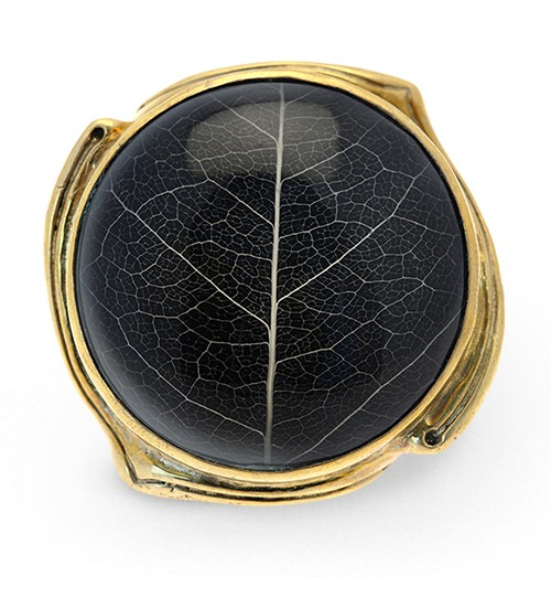 A PIECE OF NATURE. - Each ring holds a beautiful Sirsak leafpreserved in resin. Sirsak leaves arebeing studied by cancer researchers fortheir healing properties