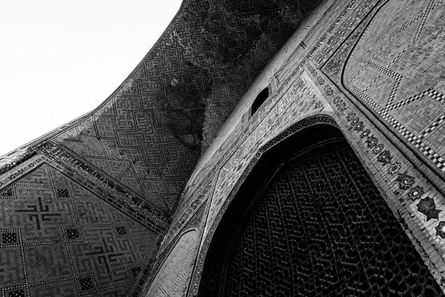 Bibi-Khanym Mosque September 6, 2018. Samarkand, Uzbekistan. . . . . . . . . . #Mosque #Uzbekistan #travelphotography #architecturephotography #ancient #architecture #travel #photographer #blackandwhitephotography #history #samarkand #asia #blackandwhite #photography #filmlike #tile #wood #art #woodwork #screen #contrast #history #building #Jali #arch #culture #perspective