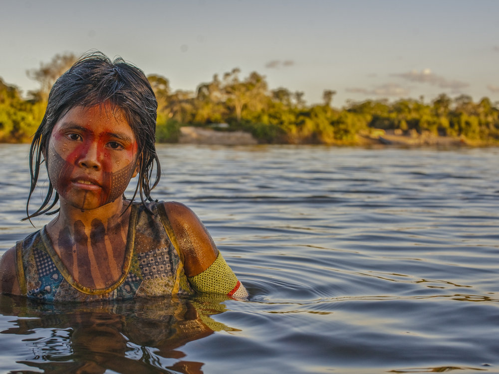 A young Kayapó girl bathes in the Xingú River