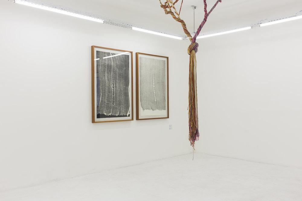 Obras da série gaze da artista Maria Laet e Ciclotrama 71 da artista Janaína Mello Landini na exposição UM.ARTISTA - SOMA Galeria 4.jpg
