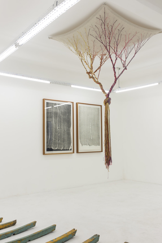 Obra Expansão do artista Marcone Moreira, obras da série gaze da artista Maria Laet e Ciclotrama 71 da artista Janaína Mello Landini na exposição UM.ARTISTA - SOMA Galeria 1.jpg
