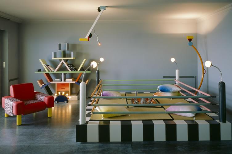 Une des pièces de l'appartement monégasque de Karl Lagerfeld. Memphis everywhere!