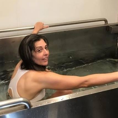 Climbing out of a hydrostatic weighing tub.