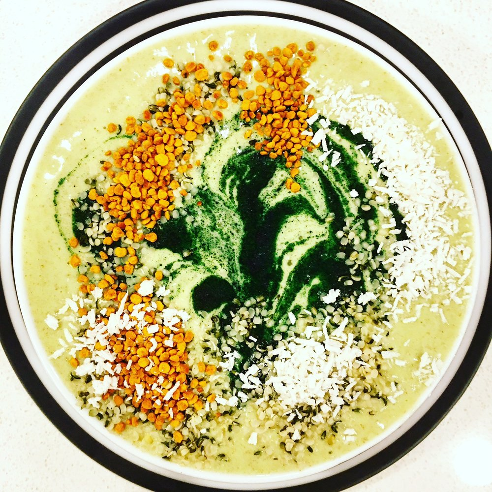 Super Fab - Signature smoothie for superfood lovers. Spinach, Kale, Carrots, Cauliflower, Spirulina, camu camu powder, MCT Oil, Vanilla protein powder (plant-based/low sugar), hemp milk, stevia. Topped with coconut flakes, hemp hearts, bee pollen.