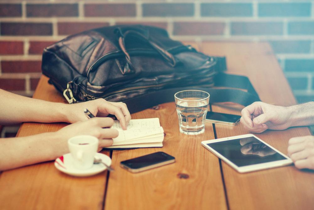 1. Poznajmy się lepiej. - Aby projekt spełniał oczekiwania, musimy poznać Twoje potrzeby i estetykę. Współpraca zaczyna się zwykle od rozmowy, dzięki której możemy dowiedzieć się kim jesteś i co jest dla Ciebie ważne w projektowanej przestrzeni. Po odbytej rozmowie prosimy o wypełnienie elektronicznej ankiety (co zajmuje ok. 30 min) oraz przygotowaniu kilku inspiracji, dzięki czemu doprecyzujemy Twój styl.