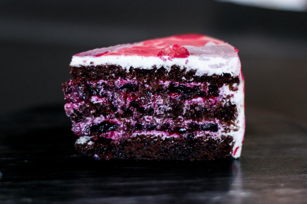 фрида - Насыщенные шоколадные бисквиты, черная смородина.
