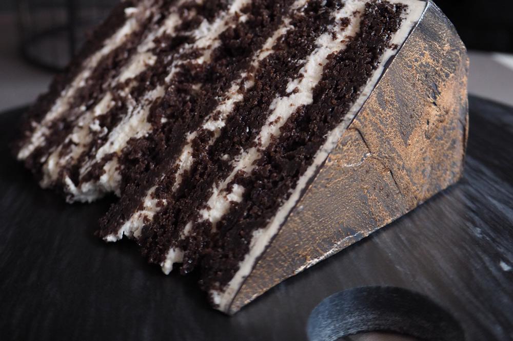 фирменный черемуховый - Вкус и аромат черемухового бисквита подчёркивает лёгкий сметанный крем. Если вы никогда не пробовали черемуховый торт - рекомендуем!