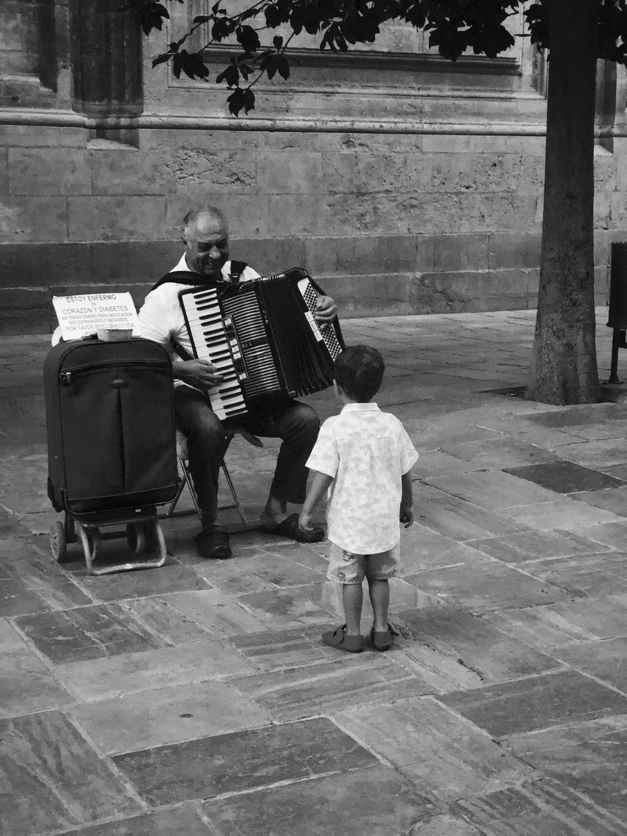 44_Elena_Cavallaro_Bullejos_Photo_4_The child and the accordion player.jpg
