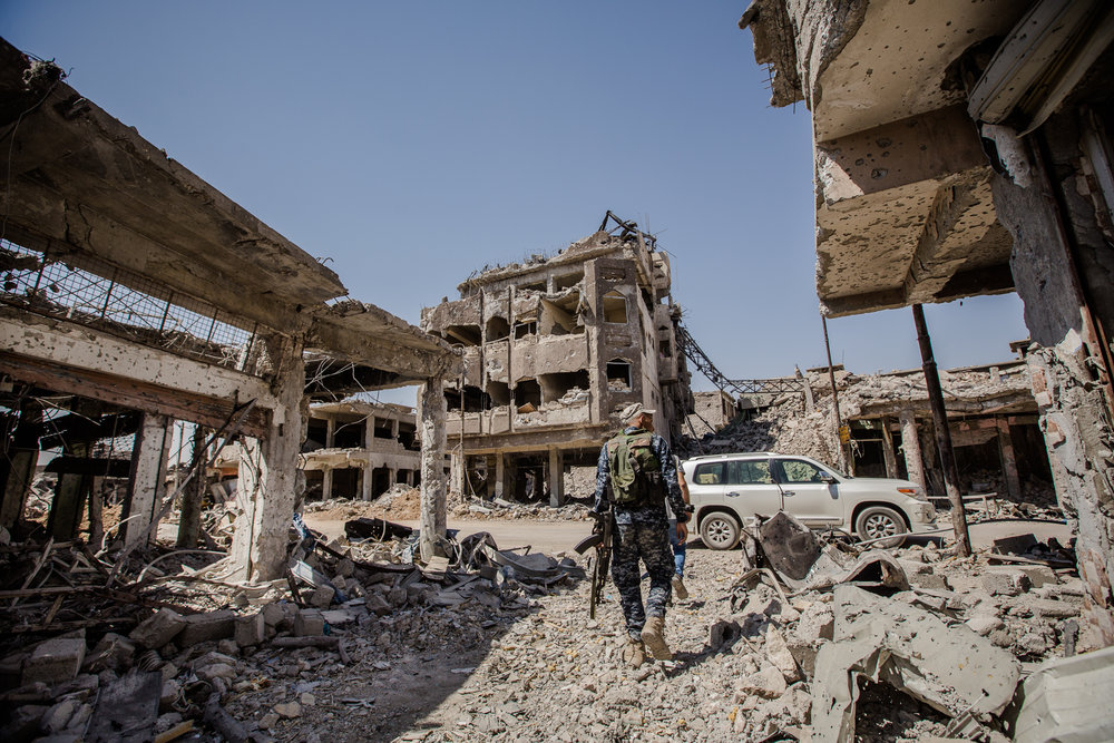 Yusuke_Suzuki_The battle for Mosul_An iraqi soldier walks down the destroyed street in Mosul after the town was liberated_04.jpg