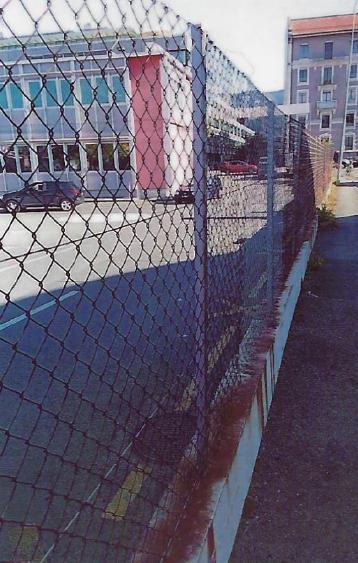 Les coupures, murs, grillages destinés aux voitures sont imposés aux piétons ! Par principe, un piéton devrait toujours pouvoir passer par tous les raccourcis possibles et imaginables.