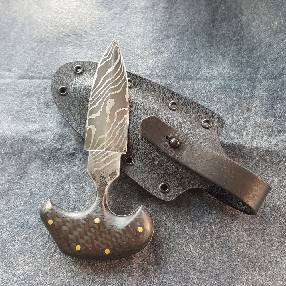 Hand-forged pattern welded steel push dagger, with carbon fiber handle. - Derick Kemper dameslflyforge.com.jpg