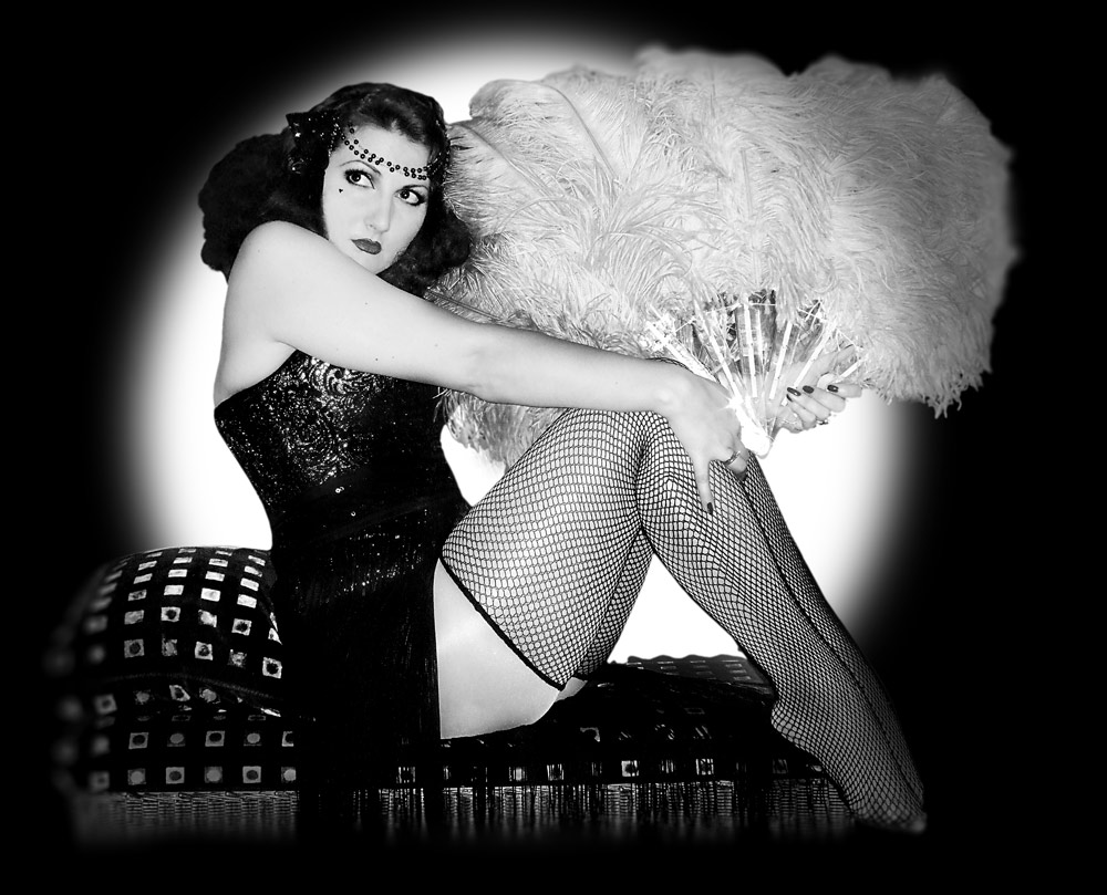Burlesque queen of the 60's! - A little bit of swing dance, a lot of feathers, all the 60's burlesque fun!