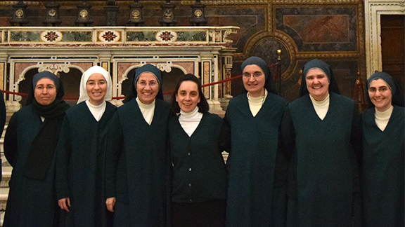 Sr. Maria Angélica with her sisters in the Sistine Chapel