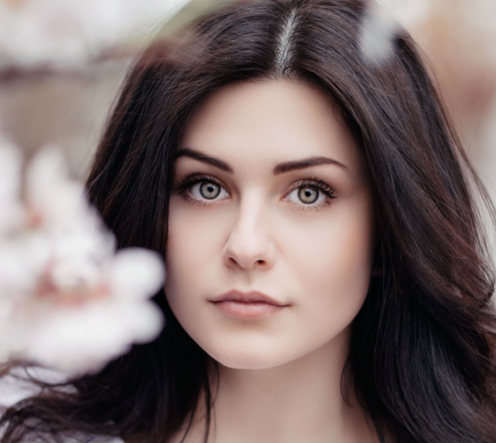 Brunette woman with clear complexion and manicured eyed brows