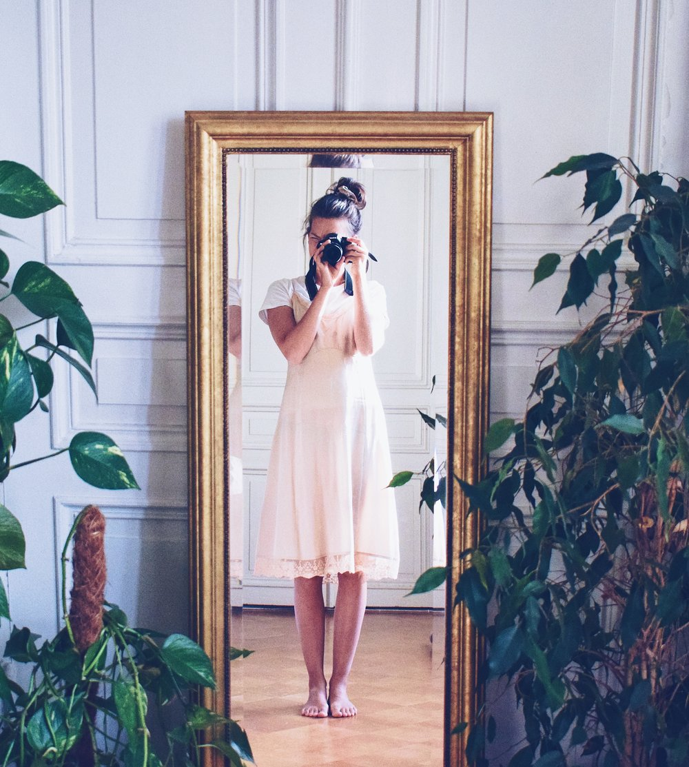 Kutova Kika Blog- mirror selfie surrounded by plants