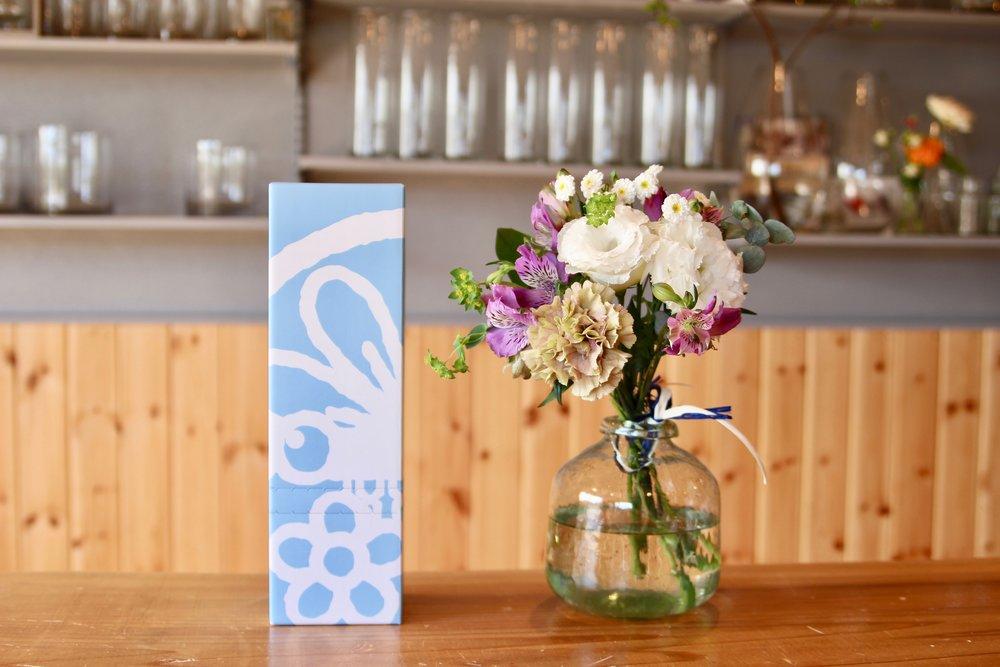 とんぼ便  - ¥2500(税・送料込み)季節のお花をびっしり詰めた花とんぼのオリジナルボックスです。お家で飾ってもよし!プレゼントとしてもよし!長い時間お楽しみ頂ける為にできるだけ長持ちする強いお花をお任せでセレクトさせて頂きます。お買い上げはShop Nowのボタンを押してください。サイズ: h35cm x w11cm (箱)     h30cm x w18cm (花)【お得な定期便もあります】6ヶ月まとめて割引 :1ヶ月分Freeのお値段!¥12,500 (通常¥15,000のところ)12ヶ月まとめて割引:2ヶ月分Freeのお値段!¥25,000 (通常¥30,000のところ)*定期便の配送日時に関しては、こちらからメールにてご連絡致します。