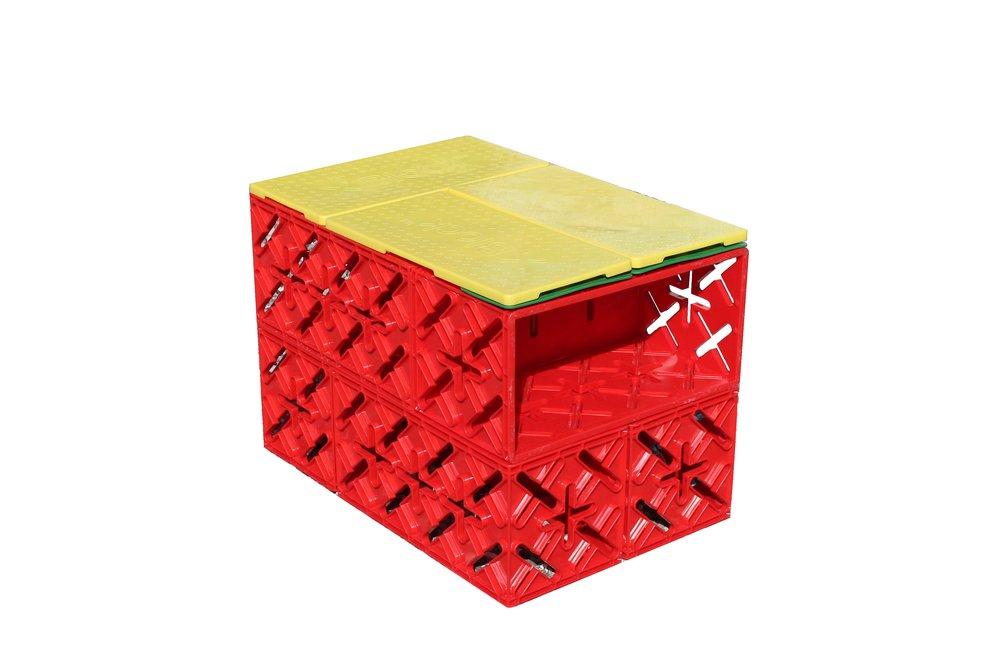 AKTIVITETSBÆNK/ BORD.6 KLODSER - Ved bordet kan der arbejdes med alt slags grej og for enden er der en hylde til redskaber, kager eller lignende :)