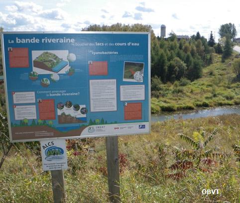 Affiche de sensibilisation sur la protection des berges placée sur un site aménagé