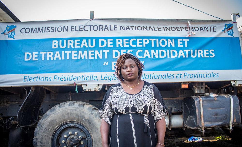 Neema Bikaylwira, Devant le camion de la CENI après le dépôt de sa candidature.
