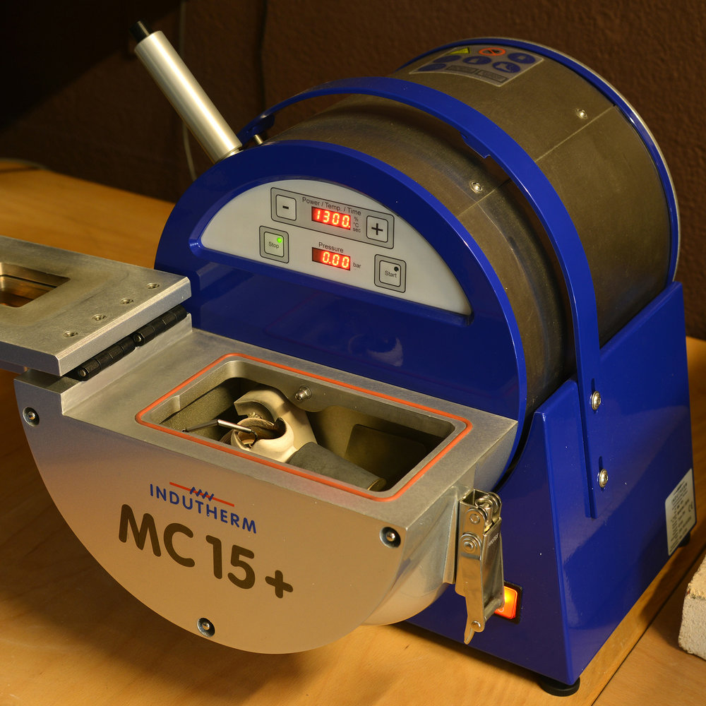 Schmuckgiesserei - Mit unserer Vakuum-Überdruck-Gussmaschine, der einzigen im Berner Oberland, erschaffen wir herausragende Schmuckstücke. Beschreiben Sie uns Ihre Vorstellungen, Ihre Wünsche. Von Ihrer Idee zeichnen wir eine Skizze, fertigen ein Wachsmodell an. So entsteht vom Gussrohling durch Feinarbeit mit viel handwerklichem Geschick und durch Fassen der Edelsteine Ihr Lieblingsstück. Erschaffen mit unserer Leidenschaft.
