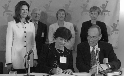 Marilyn Carlson Nelson signs the Code. With her are (from left) Queen Silvia of Sweden, WTO DSG Dawid de Villiers, ECPAT-USA Executive Director Carol Smolenski, UNICEF Executive Director Carol Bellamy, and State Department Senior Advisor John Miller