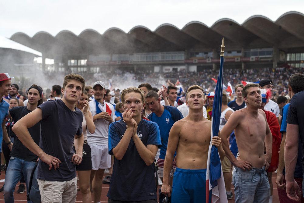 Supporters - Des supporters se sont rassemblés au Parc des Sports d'Annecy pour regarder la finale de la coupe du monde de football, le 15 juillet 2018. Les Bleus remportent ce jour là leur deuxième titre de champions du monde contre la Croatie. Une certaine fraternité s'exprime devant l'écran géant.