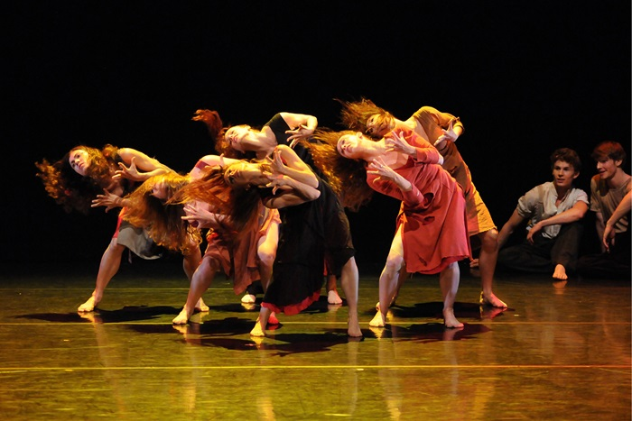 6 novembre 2018GRANDES DAMES - DANSEEric Gauthier, chorégraphe d'origine québécoise et ancien soliste du Stuttgart Ballet, est désormais à la tête de Gauthier Dance / Dance Company Theaterhaus Stuttgart. Avec Grandes Dames, il nous offre un spectacle de grande qualité rendant hommage à de remarquables figures de la danse contemporaine : Pina Bausch et Louise Lecavalier. Mettant de l'avant des danseurs charismatiques, ce collage d'œuvres de chorégraphes de grand talent vous épatera par des performances de haut niveau. Merci à Danse Danse qui a rendu possible la présentation de ce spectacle.