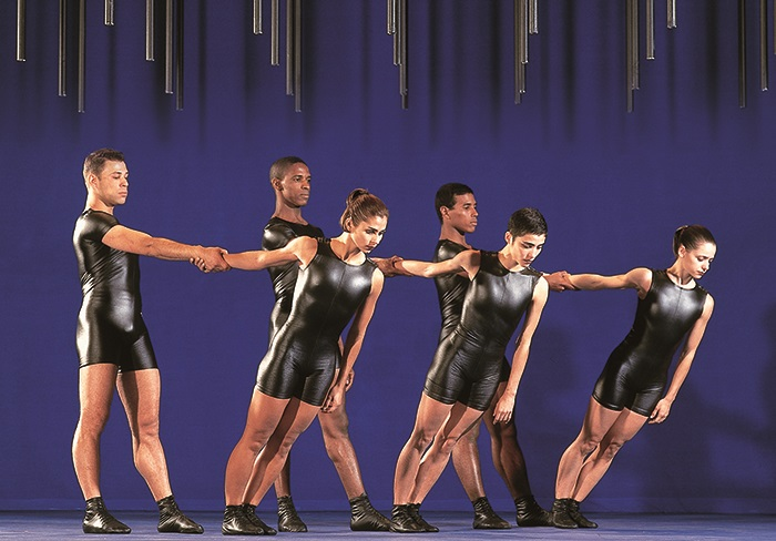 5 février 2019BACH + GIRA - DANSEAmbassadeurs de la danse en Amérique latine, les 21 danseurs brésiliens de Grupo Corpo font un retour très attendu à Sherbrooke avec un feu d'artifice chorégraphique. Bach, qui s'inspire de l'œuvre baroque de Jean-Sébastien Bach, est un triomphe depuis sa création. Sur scène, le flot de mouvements paraît ininterrompu, provoquant une douce ivresse partagée par le spectateur. Gira, dernière création de la compagnie, s'inspire de rituels afro-brésiliens tout autant que de la musique du groupe fusion Metá Metá. Grupo Corpo trouve une fois de plus son inspiration dans le Brésil et sa diversité. Une soirée haute en couleur à ne pas manquer! Merci à Danse Danse qui a rendu possible la présentation de ce spectacle.